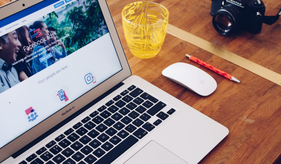 un ordinateur avec la page facebook ads ouverte