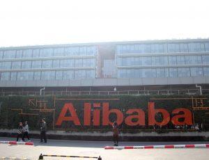Le logo d'Alibaba devant un immeuble de bureaux.