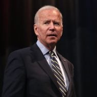 Joe Biden en costume sur fond noir