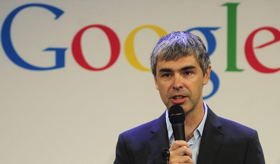 Larry Page devant le logo de Google