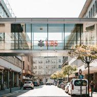 Une passerelle entre deux bâtiments avec le logo de la banque UBS