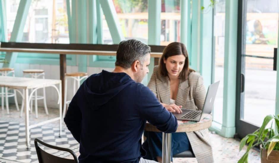 deux professionnels échangeant sur l'automatisation comptable