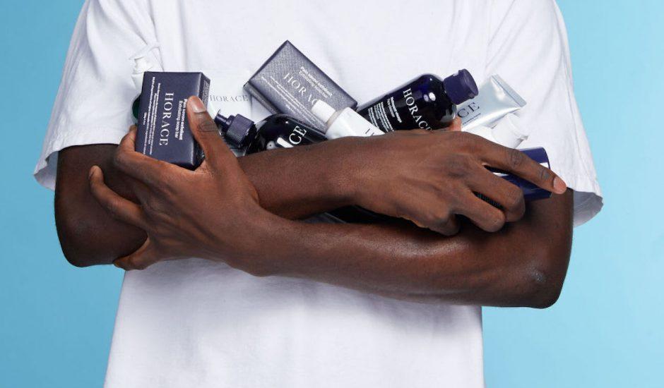 un homme tenant des produits de beauté horace