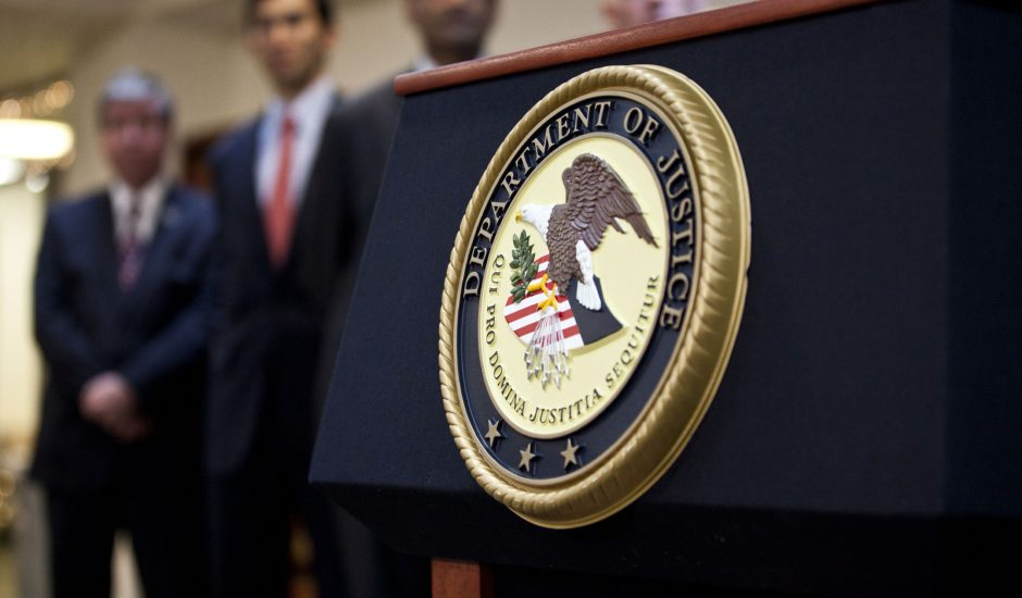 Insigne sur un pupitre du Département de la justice américain