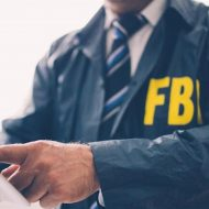 Un agent du FBI pointe une feuille du doigt