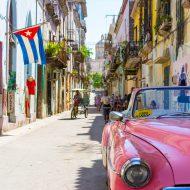 rue d'Havane avec une voiture et un drapeau