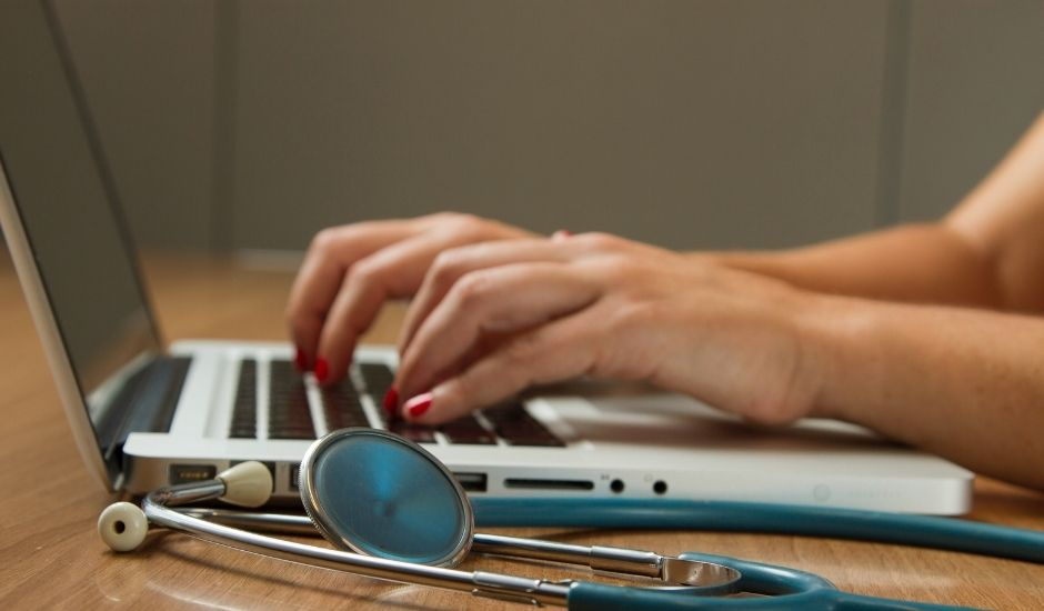 un médecin en téléconsultation