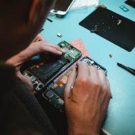 Aperçu d'un homme en train de réparer un iPhone.