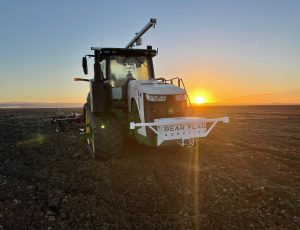 Photographie d'un tracteur équipée du logiciel de conduite autonome.