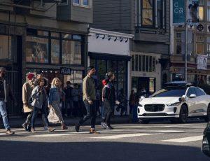 un véhicule autonome Waymo roulant à Los Angeles