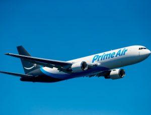 Photographie d'un avion Amazon Air en train de voler.