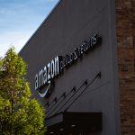 La devanture d'un point de retrait Amazon aux États-Unis