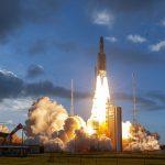 La fusée Ariane 5 en plein décollage.
