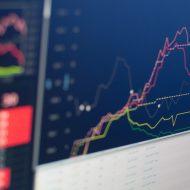 Photographie d'un écran présentant des indicateurs boursiers. Une courbe désigne surement Tencent.