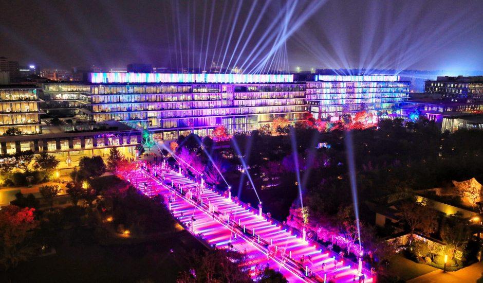 le campus d'Alibaba illuminé en violet la nuit
