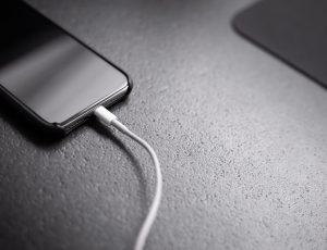 Un iPhone en train de charger.