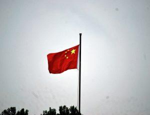 drapeau chinois sur ciel gris