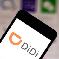 person holding a phone with didi logo