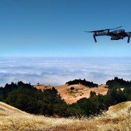 Photographie d'un drone survolant des collines.
