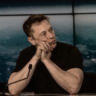Elon Musk devant un micro