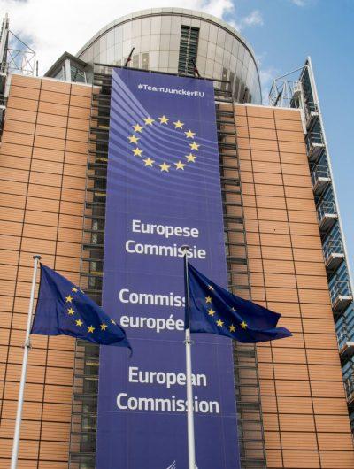 Bâtiment de la Commission européenne avec drapeau de l'Union européenne
