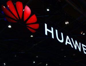 Logo de Huawei inscrit sur bâtiment.