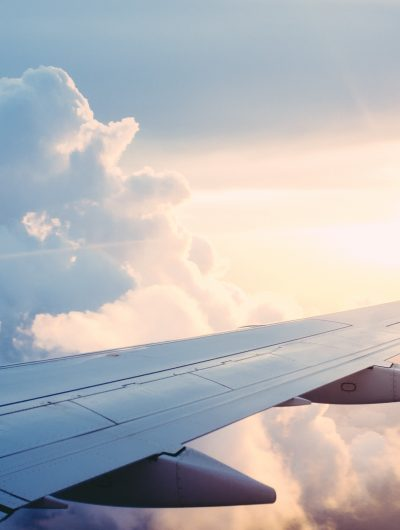 Une aile d'un avion en plein vol.