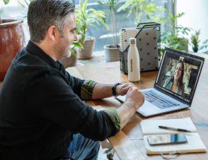 Un vendeur travaillant dans un bureau sur un appel virtuel avec Zoom
