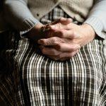 Les mains d'une vieille dame.