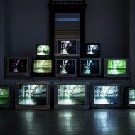 plusieurs télévision allumée dans l'obscurité