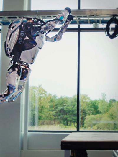 Photographie d'un robot de Boston Dynamics en train de sauter.