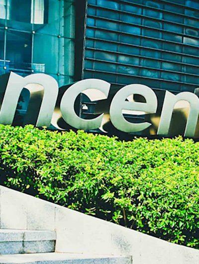 Un panneau de Tencent devant un immeuble