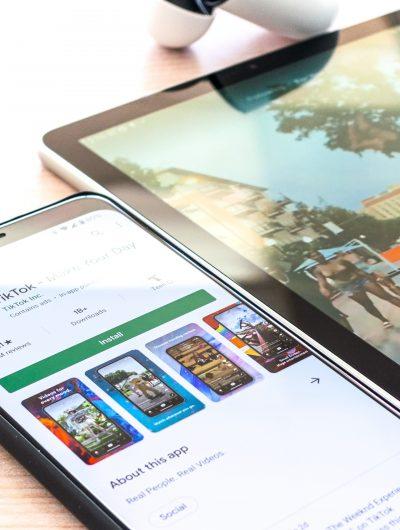 Photographie d'un téléphone présentant TikTok dans un magasin d'applications.