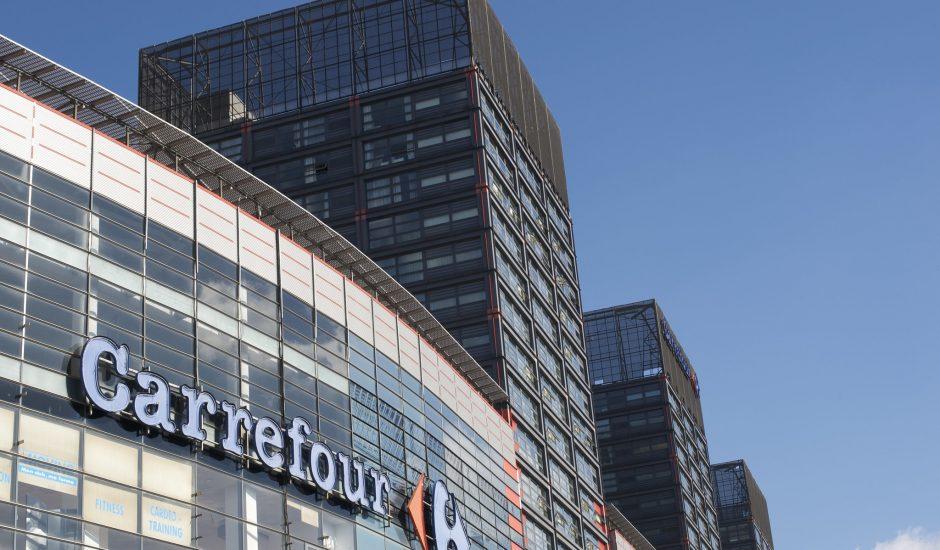 Une devanture carrefour sur un bâtiment en verre