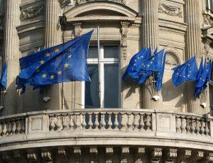 le fronton d'un bâtiment avec plusieurs drapeaux européens.