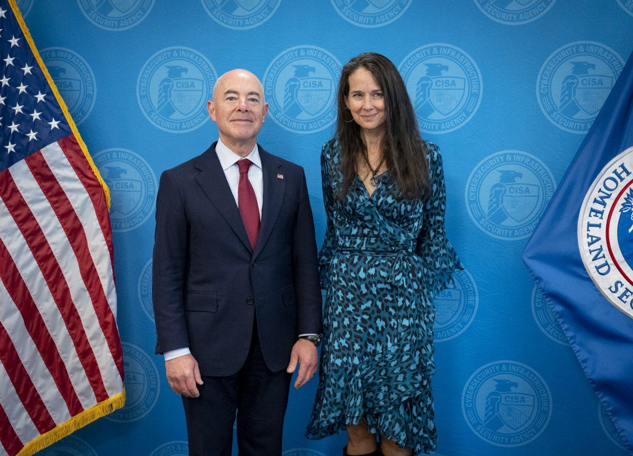 Alejandro Mayorkas, secrétaire à la sécurité intérieure aux côtés de Jen Easterly nouvelle directrice de la Cybersecurity and Infrastructure Security Agency
