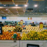 Aperçu d'un supermarché avec des fruits et légumes.
