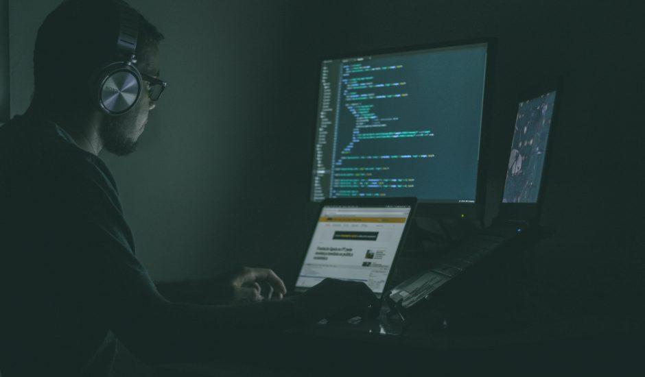 Un homme en train de faire du code