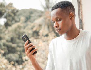 Aperçu d'un africain devant son téléphone.