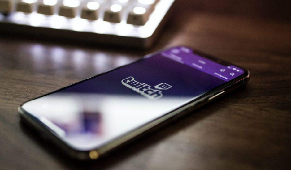 un smartphone connecté sur Twitch