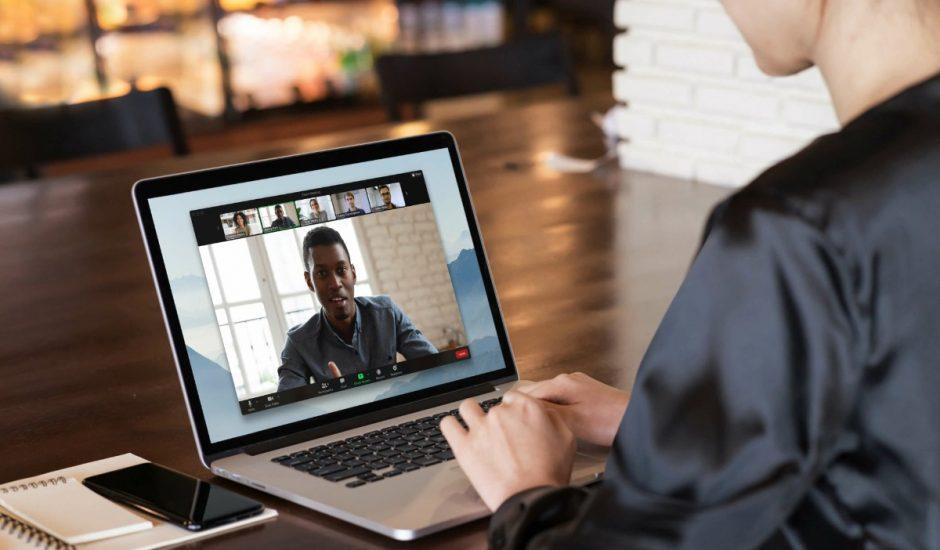 Ecran d'une réunion Zoom sur un ordinateur portable