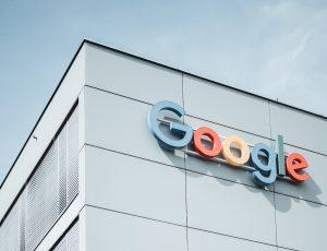 Le logo de Google sur un bâtiment blanc