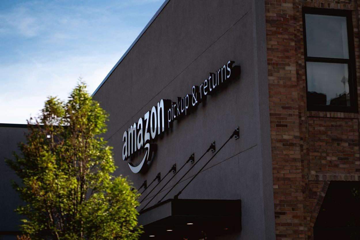 Le logo d'Amazon sur la devanture d'un entrepôt.