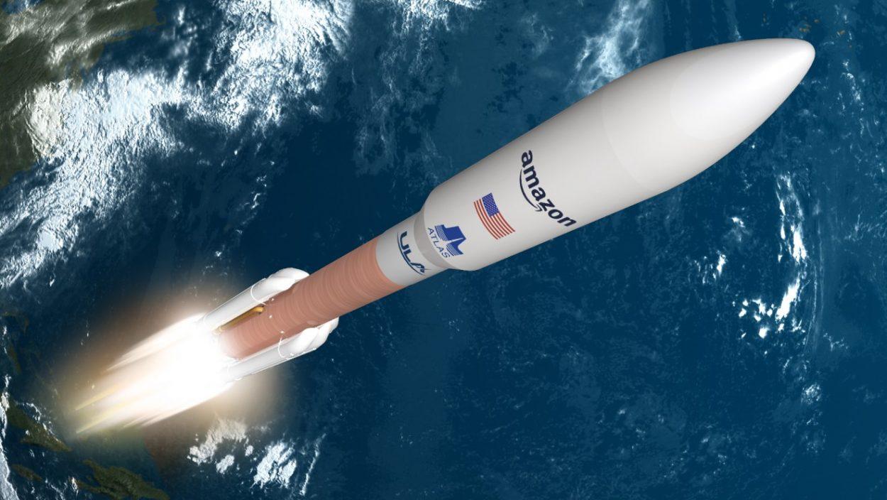 Une fusée transporte des Satellites d'Amazon jusqu'en orbite.