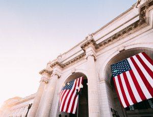Des drapeaux américains flottent devant un bâtiment officiel à Washington D.C.