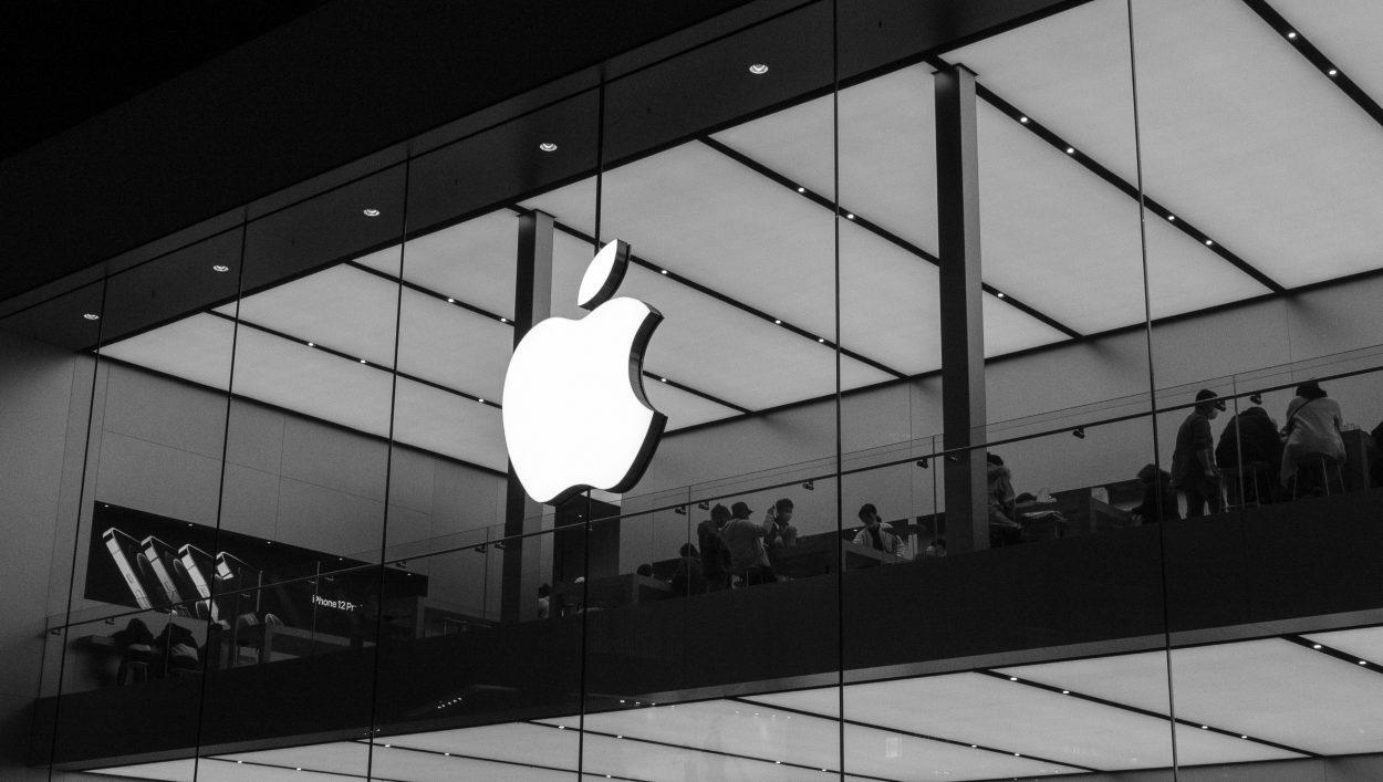 Le logo d'Apple sur la devanture d'un bâtiment.