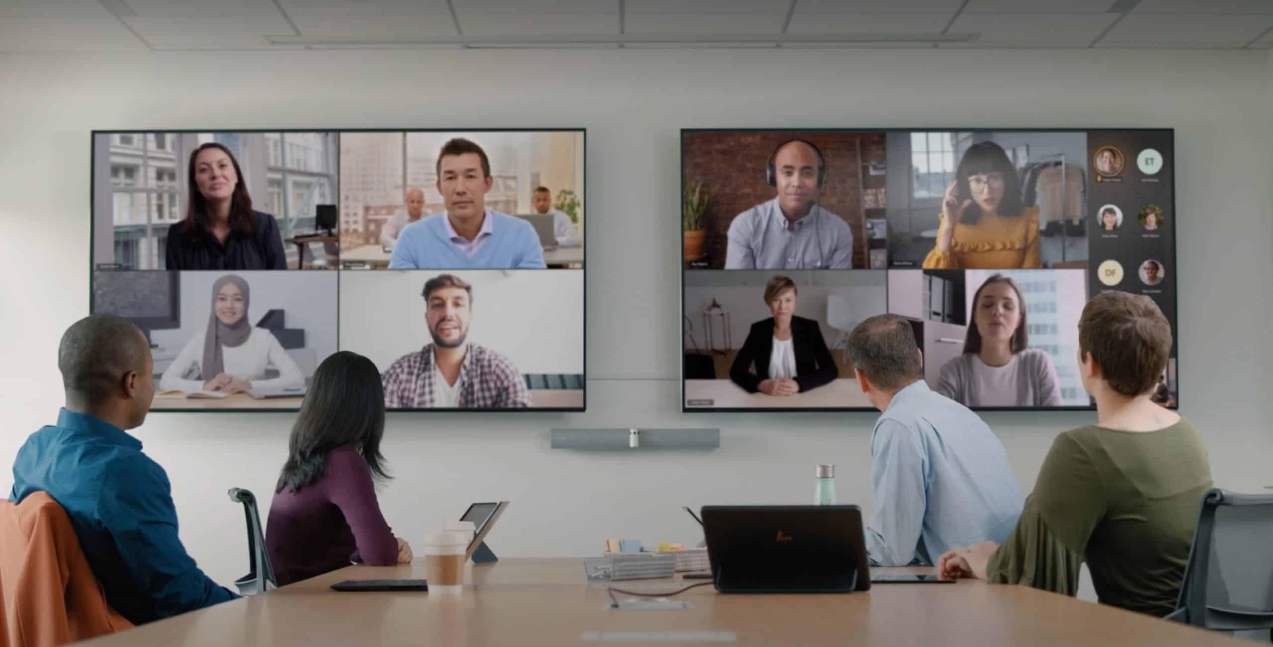Une réunion hybride se déroulant à l'aide de Microsoft Teams et de caméras intelligentes