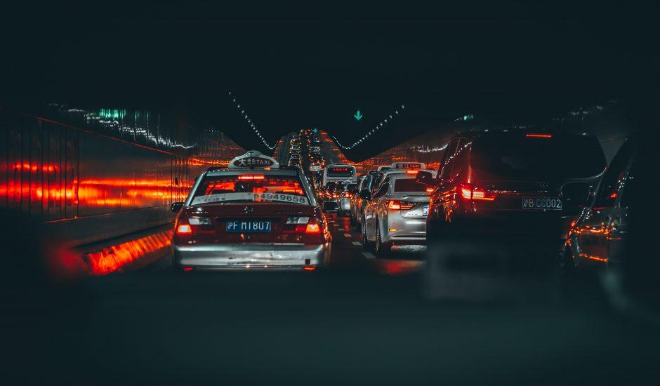 Des taxis chinois roulent durant la nuit.