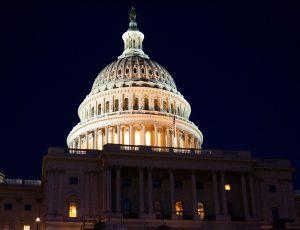Le Capitole des États-Unis illuminé durant la nuit.