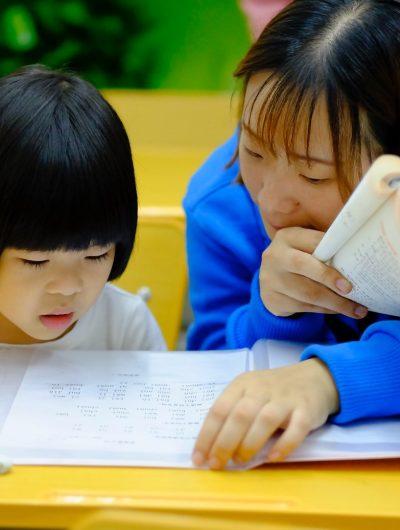 Une femme qui aide une enfant à apprendre